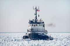 Vieux bateau de traction subite dans le lac Michigan congelé photo libre de droits