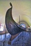 Vieux bateau de Viking exposé dans un musée d'Oslo, Norvège Photo stock