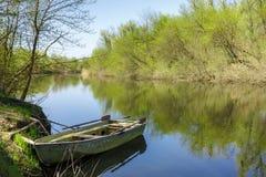 Vieux bateau en acier près du rivage rivière de forêt Images libres de droits