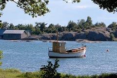 Vieux bateau en bois à l'ancre dans Karingsund, archipel d'Aland photographie stock