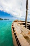 Vieux bateau en bois dans l'Océan Indien Photos stock