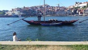 Vieux bateau en rivière de Douro image stock