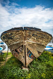 Vieux bateau enterré dans l'herbe verte en Turquie Image stock