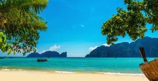 Vieux bateau et plage exotique Phuket, Thaïlande image stock