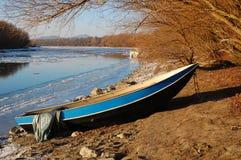 Vieux bateau isolé Images libres de droits