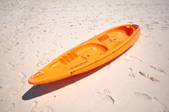 Vieux bateau orange sur la plage blanche sur le coucher du soleil chaud images stock