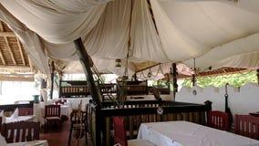 Vieux bateau ou restaurant sur la plage dans Kanya photo libre de droits