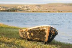 Vieux bateau par la berge Photo libre de droits