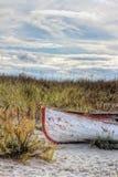 Vieux bateau rouillé à la plage Image libre de droits