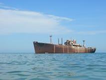 Vieux bateau rouillé abandonné Photo stock