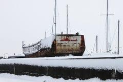 Vieux bateau rouillé dans la neige Image libre de droits