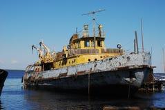 Vieux bateau rouillé dans le port Photographie stock