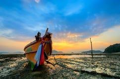 Vieux bateau sur la mer d'andaman de coucher du soleil Image stock