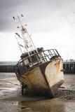 Vieux bateau sur la plage dans Inhambane Photographie stock libre de droits