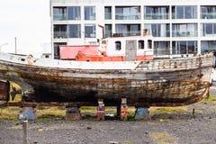 Vieux bateau sur la rue dans la ville de Reykjavik Image stock