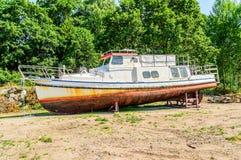 Vieux bateau sur la terre sèche Images stock