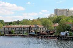 Vieux bateau sur le côté de fleuve Image stock