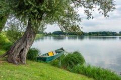 Vieux bateau sur le lac de mantova Photos libres de droits