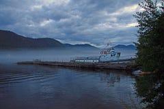 Vieux bateau sur le lac Teletskoye en montagnes d'Altai, Russie Photo libre de droits