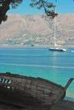 Vieux bateau sur le nouvel yacht contraire photos libres de droits