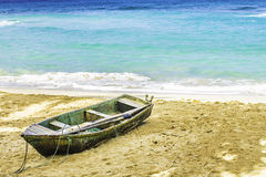 Vieux bateau sur une plage Photographie stock