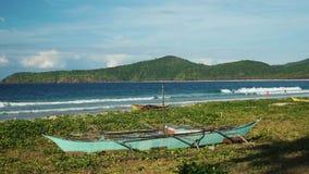 Vieux bateau traditionnel de Philippines sur une belle plage tropicale banque de vidéos