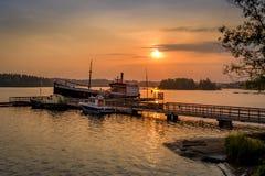 Vieux bateaux au coucher du soleil photo stock
