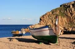 Vieux bateaux de pêche sur la plage image libre de droits