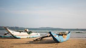 Vieux bateaux de pêche sur la plage - Sri Lanka image libre de droits