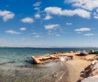 Vieux bateaux de pêcheur sur le rivage de la mer Égée Photographie stock