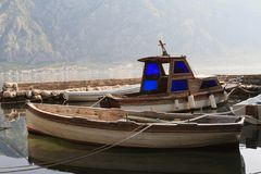 Vieux bateaux en bois à la marina dans Monténégro images libres de droits