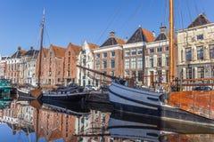 Vieux bateaux et entrepôts au centre historique de Groningue Photographie stock