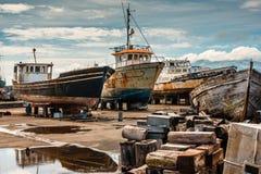 Vieux bateaux rouillés sur le chantier de construction navale des Madalena-Pico-Açores Photos stock