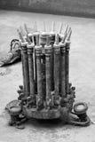 Vieux becs de l'eau et lampes sales d'illumination dans la fontaine abandonnée Photos libres de droits