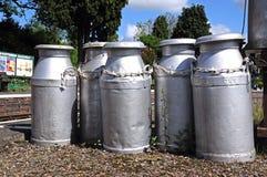 Vieux bidons à lait, Hampton Loade Images stock