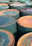 Vieux bidons à pétrole rouillés Image stock