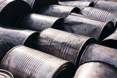 Vieux bidons en métal se trouvant au sol images libres de droits