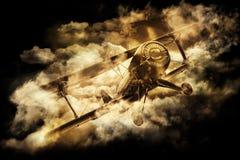 Vieux biplan dans le ciel Photographie stock