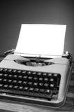 vieux blanc noir de machine à écrire Images stock