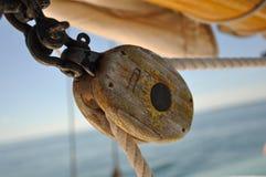 Vieux bloc en bois (poulie) sur le Schooner image stock