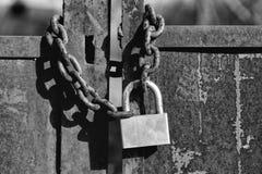 Vieux blocage Cadenas sur la porte rouillée en métal photo libre de droits