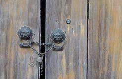Vieux blocage de trappe en bois avec la clé machine. image stock