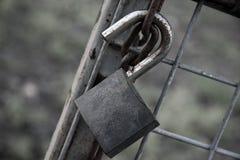 Vieux blocage rouillé sur un réseau en métal. Photos libres de droits