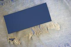 Vieux bluejeans usés avec la correction photographie stock
