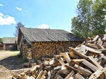 Vieux bois de chauffage jeté au Belarus Photographie stock