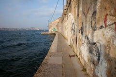 Vieux bord de mer dans Almada Image stock