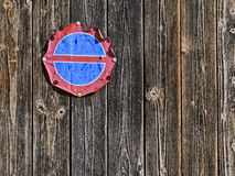 Vieux bouclier érodé de stationnement interdit sur un mur en bois antique Image stock