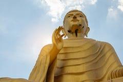 Vieux Bouddha dans le temple thaïlandais photos stock