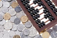 Vieux boulier chinois en bois et pièces de monnaie chinoises Photos stock