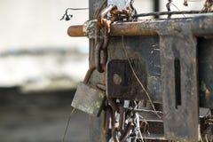 Vieux boulon et chaîne de porte avec la serrure Photo stock